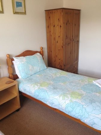 Beach House : Lovely clean room with everything I needed & en suite bathroom.