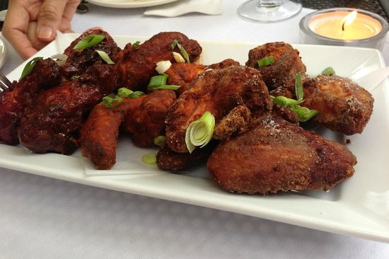 Canada House Restaurant Whistler: Chicken Wings: traditional hot buffalo, smokey lime bbq, salt 'n pepper