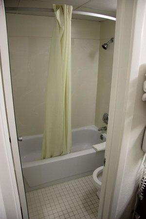Super 8 Elyria: Microscopic Bathroom