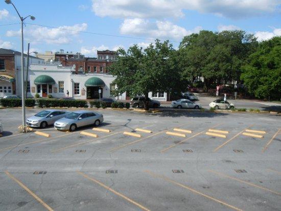 Hilton Garden Inn Savannah Historic District: Parking lot behind the hotel