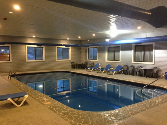 Super 8 by Wyndham Bridgeview of Mackinaw City : The Pool