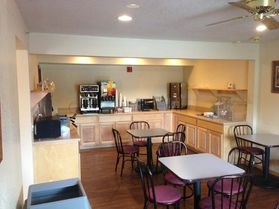 Super 8 by Wyndham Bridgeview of Mackinaw City : The Breakfast Room