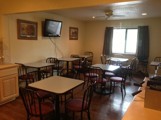 Super 8 Bridgeview of Mackinaw City : The Breakfast Room