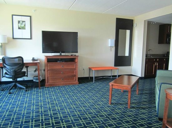 Fairfield Inn & Suites Valdosta: I stayed here a 2nd time and had a HUGE room - very spacious! (rm 500).  HUGE living space.