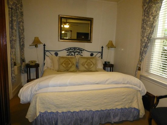 Washington Square Inn: comfy bed
