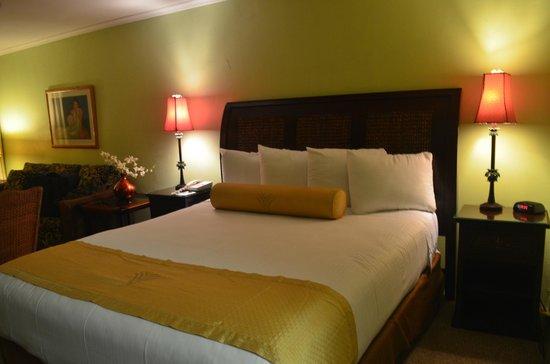 Aston Maui Kaanapali Villas: Our fluffy, comfortable bed!