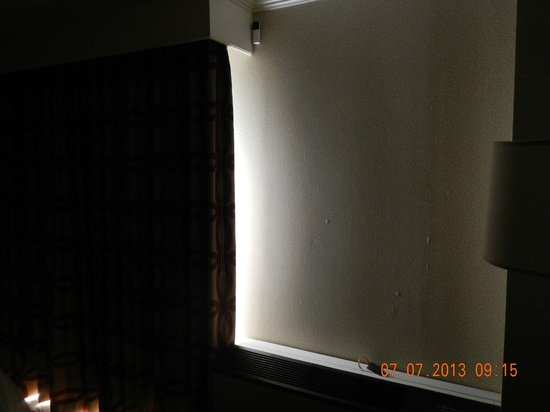 Crowne Plaza Providence-Warwick Airport: Outside light not blocked well.