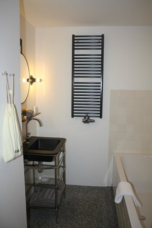 Hotel V Nesplein: Matt black sink
