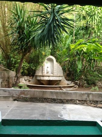 Doctors Cave Beach Hotel: court yard fountain