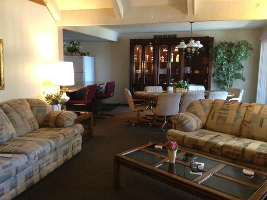 Summerset Inn Resorts and Villas: Captain's Quarters Living-Dining Areas
