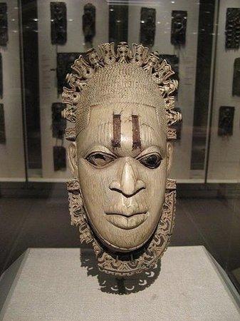 Courtyard Toronto Brampton: festac mask