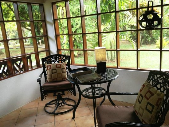 Casa Corcovado Jungle Lodge: Each has cushioned benches, a relaxing sitting area