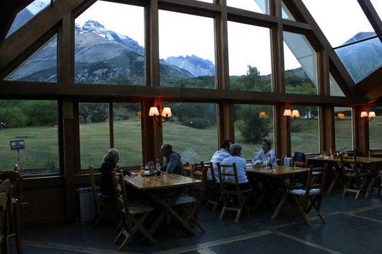 Las Torres Patagonia: Lobby/ bar com visual das montanhas