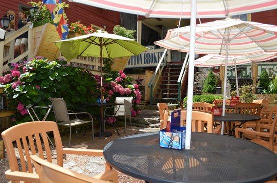 Coach House Grill n' Bar : Pretty Outdoor patio