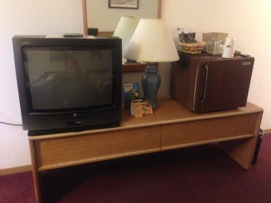 Super 8 Cortez/Mesa Verde Area: older tv, lamp, and fridge.