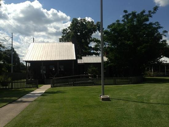 Nederland, Teksas: log cabin on property