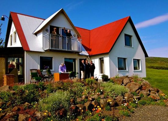 Minna-Mosfell Guesthouse: Gudrun, Valur and at their guesthouse.