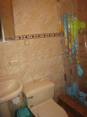 KB Tambo Hostal: Nice bathroom