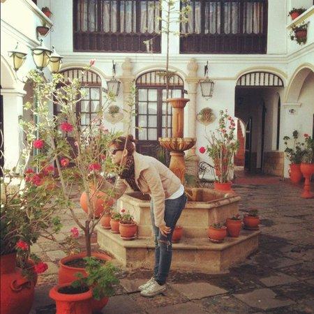 Hostal Sucre : Pátio e chafariz