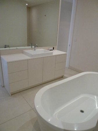Pool Resort Port Douglas : Bathroom (includes bath, shower & toilet)
