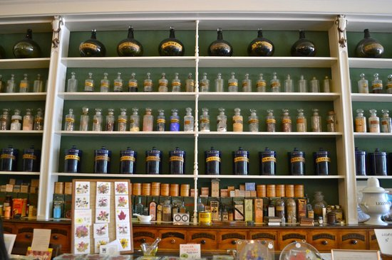 Niagara Apothecary Museum: Shelves full of interesting bottles