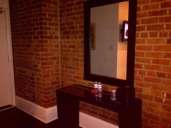 Hotel Royal: Brick walls, console, water/treats