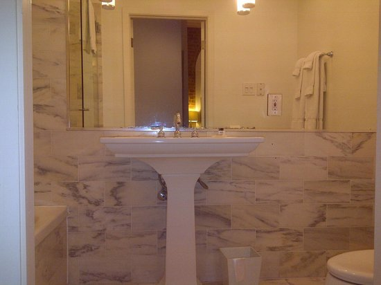 Hotel Royal: Sparkling but no counter space