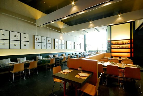 Gustoso at Central World: Bright, well-lit interior