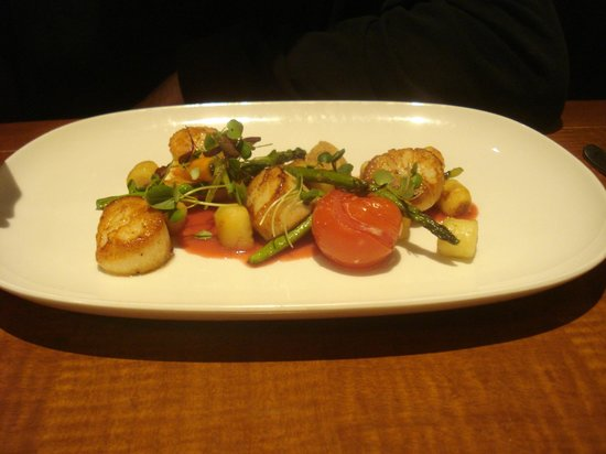 Mantles Restaurant & Lounge: jumbo scallops