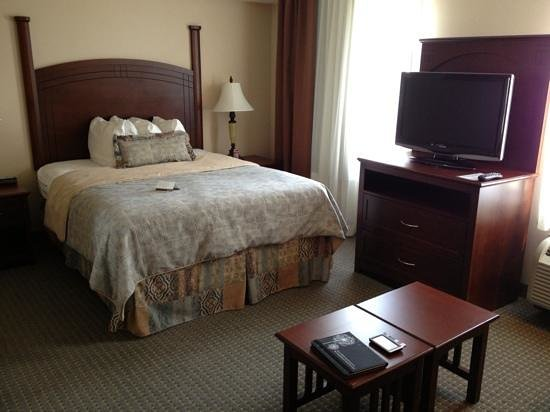 Staybridge Suites Guelph: bed