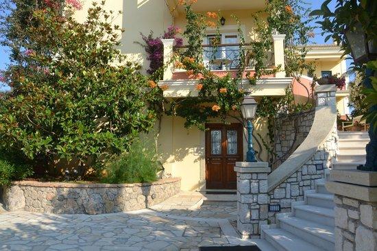 Delfino Blu Boutique Hotel: Ebenerdiger Eingang zu unserer Gartensuit