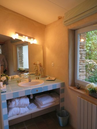 La Terre D'or : one of the bathrooms in the two bedroom cottage