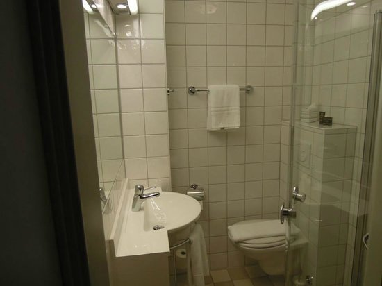 Hotel Royal Gothenburg: Small functional bathroom, just like the room (single)