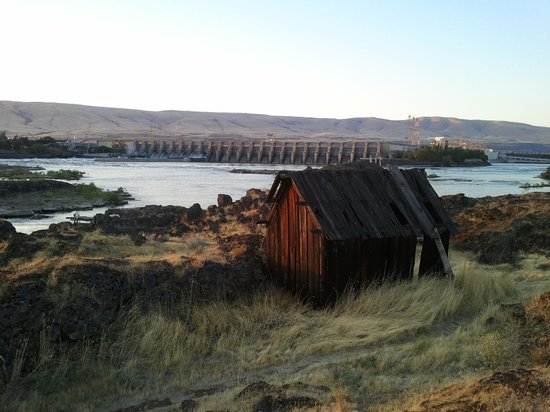Shilo Inn & Suites - The Dalles: The view of the river dam and historical buildings