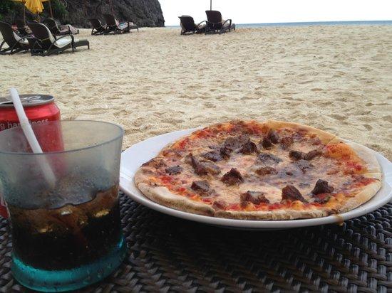 Shangri-La's Boracay Resort & Spa: Chicken adobo pizza was only ok on the beach