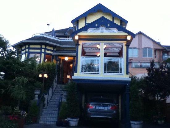 Asteras Greek Taverna: Front View of Restaurant