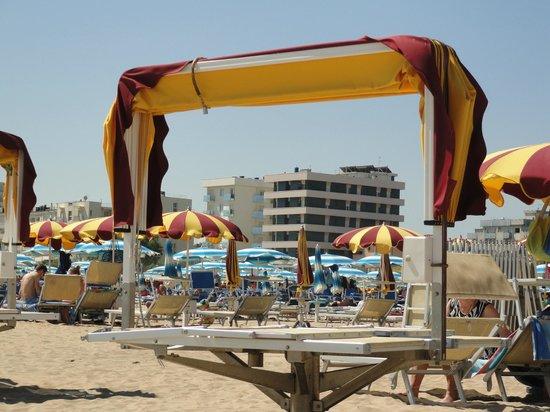 Hotel Astor: L'Astor visto dalla spiaggia...