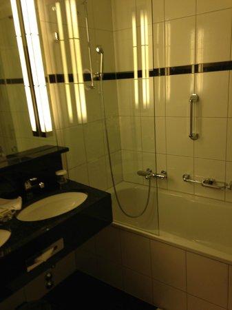 Eden Au Lac : Very clean bathroom