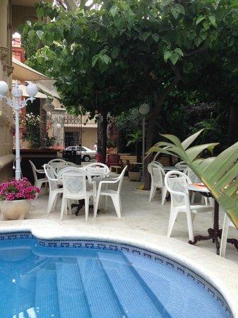 Hotel El Xalet: breakfast served in pool area