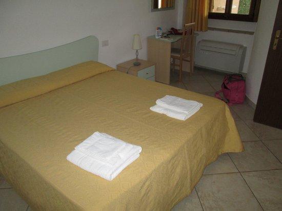 L'Arcobaleno Resort: Camera da letto con condizionatore e ventilatore a soffitto