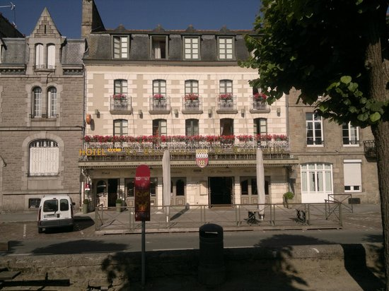 Hôtel le Challonge : view of the Hotel from the car park opposite