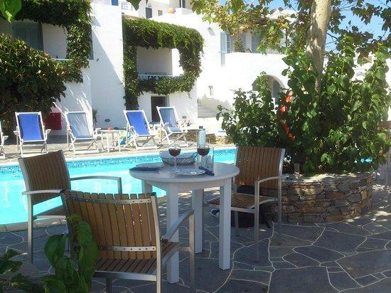 Petali Village Hotel: Γεύμα στη πισίνα