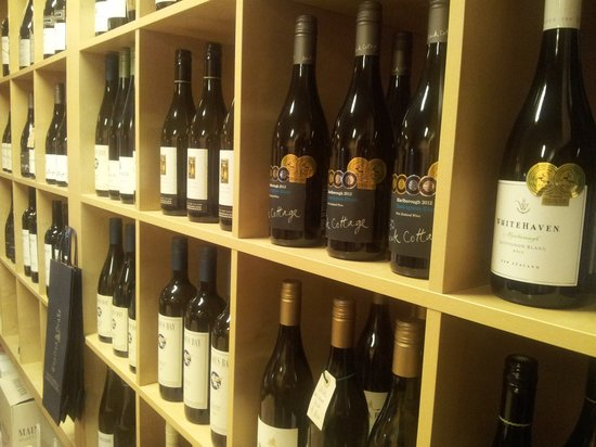 Capitan Drake Enoteca & Cucina: La bottiglieria...