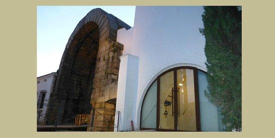 A de Arco: Entrada junto al Arco de Trajano