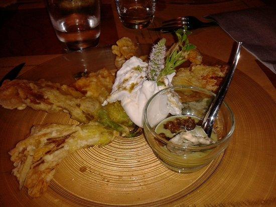 Nerodiseppia Ristocaffè: Fiori di zucca fritti con burrata e crema di zucchine