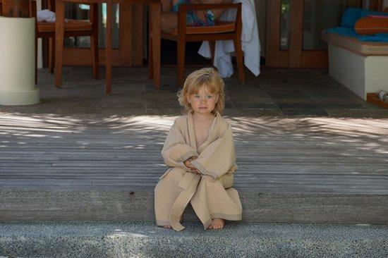 Anantara Dhigu MaldivesResort: Наша доченька в детском халатике.