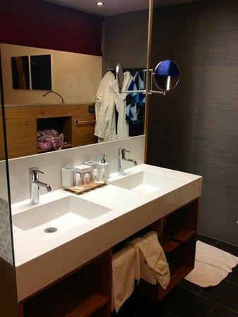 Anthony's Life & Style Hotel: Badezimmer mit super Dusche um die Ecke