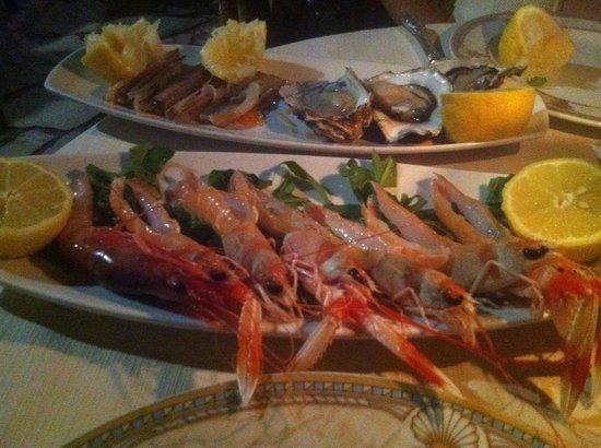 Gli Archi: crudità (su ordinazione) di solo pesce fresco locale, con ostriche, cannolicchi, gamberi, schamp