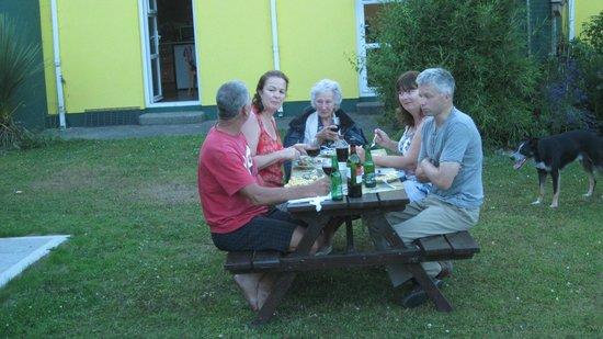 Mount Brandon Cottages : Guests enjoying the bbq