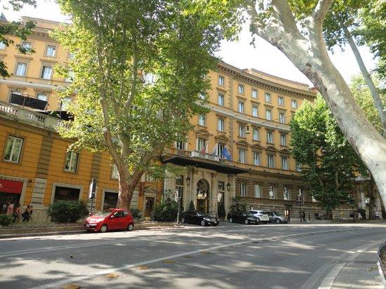 Hotel Majestic Roma: Hotel Majestic, view from Vittorio Veneto